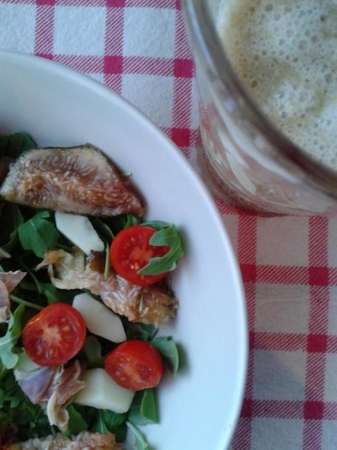 Salada e sumo pessego