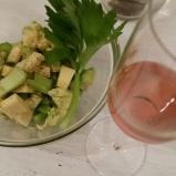 salada e vinho rose