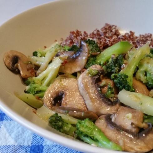 quinoa,brocolos e cogumelos