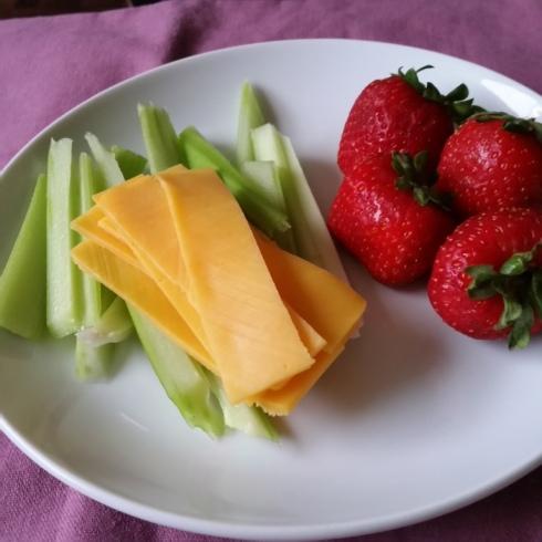 Aipo, queijo e morangos