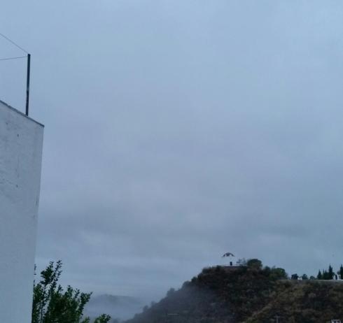 nevoeiro-com-capela-ao-fundo